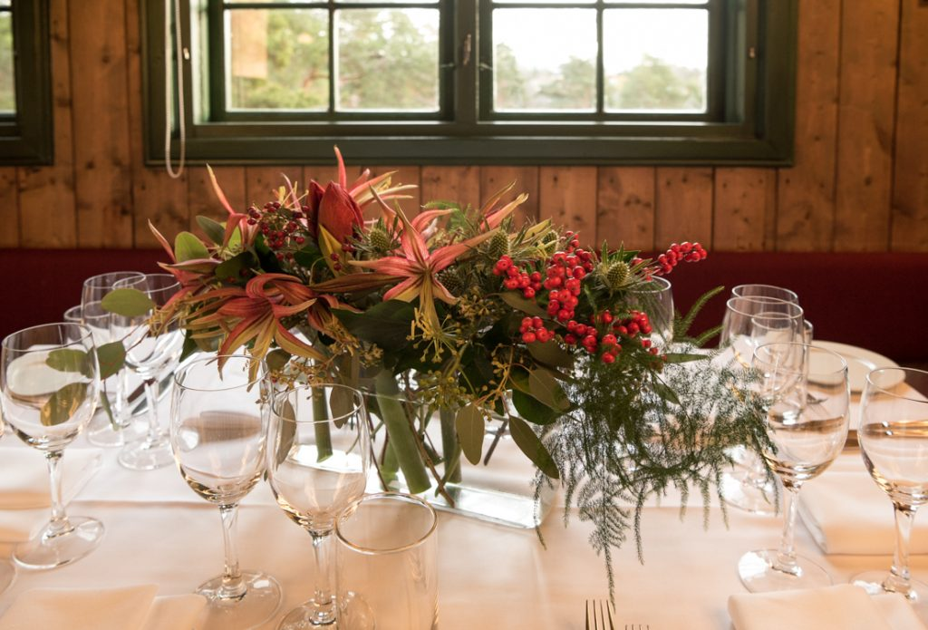 Folkestuen selskapslokale med blomster på bordet