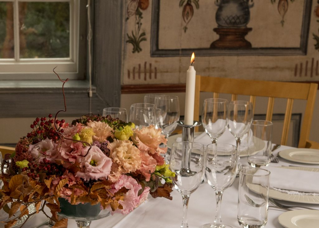 Festlokaler på Gjestestuene med blomsteroppsats of fint servise