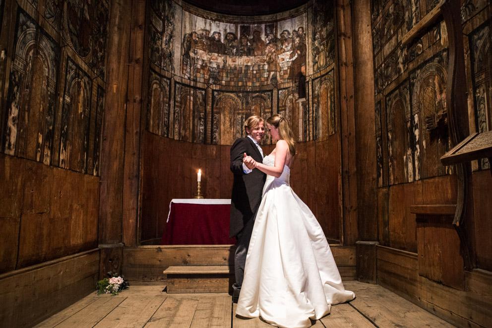 Stavkirkebryllup på Norsk Folkemuseum med brudepar i alteret