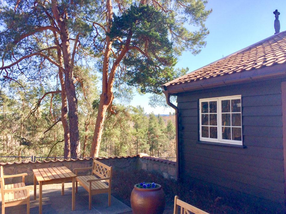 Lokaler til minnesamvær med god plass ute. Utsikt fra Gjestestuene